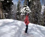 Эксгибиционистка катается на горных лыжах и шалит в канатке from nudism fam